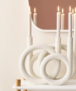 Weiße Kerzenringe aus der Gegenwart